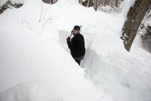 玄関前の雪堀りは胸の高さまであった